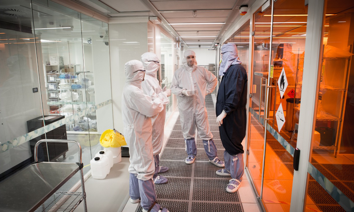 Scientists and engineers in the Micro Nano 研究 Facility.